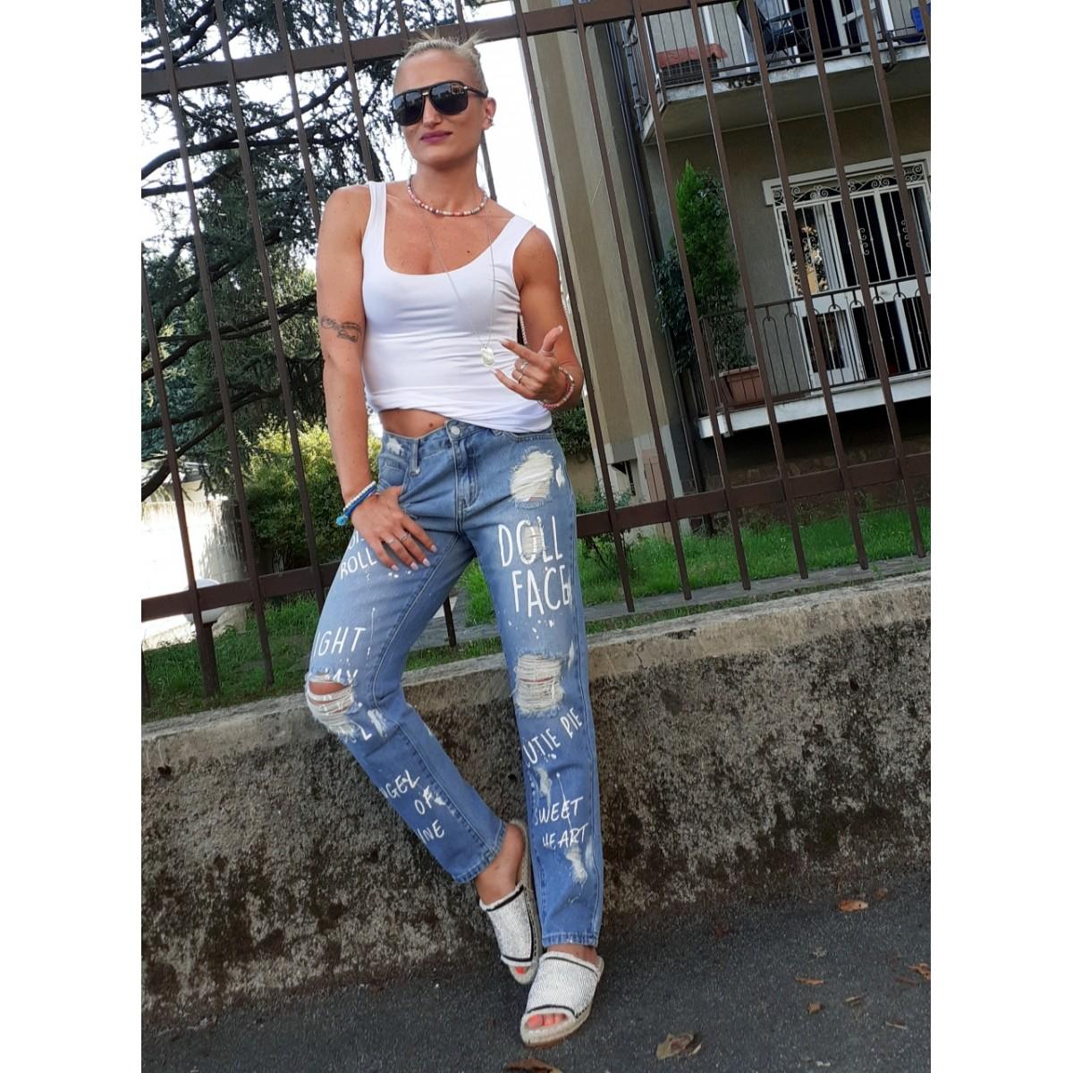 Jeans boy-friend con strappi e scritte |